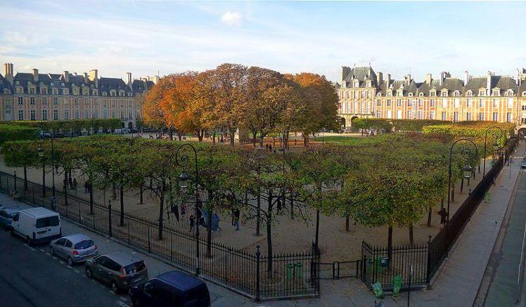 800px-P1140404_Paris_III-IV_square_Louis_XIII_place_des_Vosges_rwk